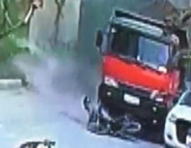 Tránh khói đen của chiếc xe tải, người đàn ông bị ngã trước đầu xe, chết thảm