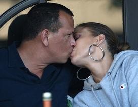 Jennifer Lopez hạnh phúc bên bạn trai