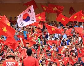 Hàng nghìn cổ động viên 'đốt cháy' không khí SVĐ Hàng Đẫy, cổ vũ Olympic Việt Nam