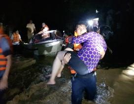 Chiến sĩ công an trắng đêm dầm mình trong nước giúp dân vượt lũ
