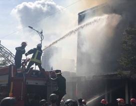 10 xe cứu hỏa, 100 cảnh sát dập đám cháy quán bar ở trung tâm Đà Nẵng