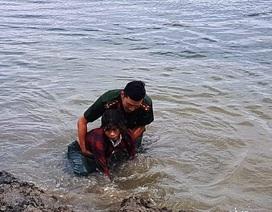 Đại úy công an cứu người phụ nữ đuối nước khi mò hến