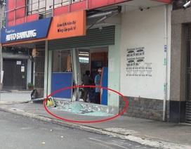 Tài xế ô tô đâm vỡ kính ngân hàng rồi bỏ chạy