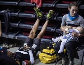 Vừa đua marathon 160 dặm vừa cho con bú, bà mẹ truyền cảm hứng cho cư dân mạng