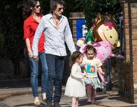 Rocker 71 tuổi đưa 2 con nhỏ ra phố