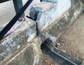 Cầu bê tông cốt thép bị lũ xô trượt nhiều nhịp
