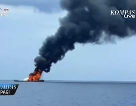 Tàu tên lửa Indonesia bị chìm sau khi bốc cháy dữ dội trên biển