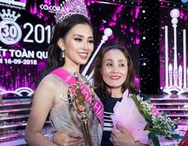 """Mẹ hoa hậu Trần Tiểu Vy: """"Con gái đăng quang quá bất ngờ với gia đình"""""""