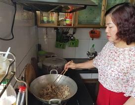 Cô giáo nấu cơm trưa miễn phí cho học sinh nghèo
