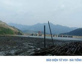 Bãi rác khổng lồ vây kín lòng hồ thủy điện lớn nhất Bắc Trung bộ