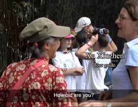 Cụ bà bán nước 74 tuổi biết nói 11 ngoại ngữ khiến khách nước ngoài nể phục