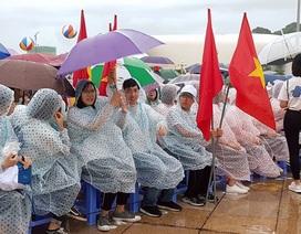 Quảng Ninh: Hàng nghìn học sinh đội mưa cổ vũ chung kết năm Đường lên đỉnh Olympia