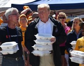 Tổng thống Trump phát đồ ăn cứu trợ cho người dân vùng bão