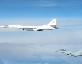 """Máy bay chiến đấu Anh, Pháp chặn """"thiên nga trắng"""" Tu-160 của Nga"""
