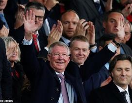 Sir Alex Ferguson tươi cười trở lại sân Old Trafford