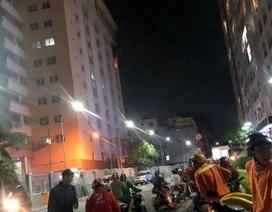 TPHCM: Cao ốc ở quận Tân Bình cháy trong đêm, nhiều người tháo chạy