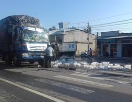 Xe tải lật sau va chạm, hàng chục cây đá tan chảy trên đường