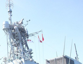 Tàu Hải quân Hoàng gia Canada treo cờ rủ khi đến thăm Đà Nẵng ngày Quốc tang