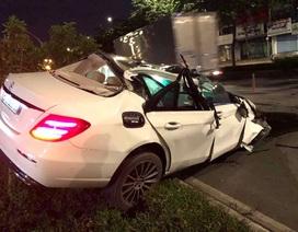 Xe Mercedes nát bươm sau tai nạn, tài xế thoát chết đầy may mắn