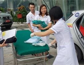 Hà Nội: Sản phụ đau bụng dữ dội và đẻ rơi bé trai trên taxi
