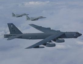 """Cận cảnh """"pháo đài bay"""" B-52 Mỹ bay qua Biển Đông"""