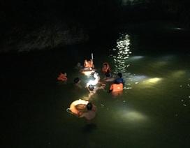Hàng chục cảnh sát tìm kiếm 2 học sinh đuối nước trong đêm tối