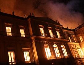 Bảo tàng quốc gia 200 năm tuổi ở Brazil chìm trong biển lửa