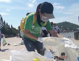 Hàng trăm sinh viên, đoàn viên, nhân viên tham gia nhặt rác bờ biển