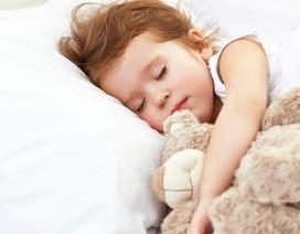 Bé 2 tuổi vã mồ hôi, tay chân cứng khi ngủ
