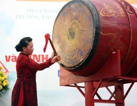 Chủ tịch Quốc hội Nguyễn Thị Kim Ngân đánh trống khai giảng tại TPHCM