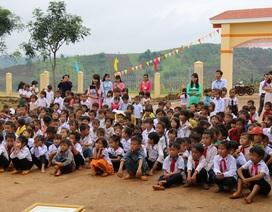 Xúc động hình ảnh học sinh ngồi bệt đón khai giảng tại bản nghèo nhất Đắk Nông