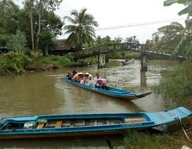 Học sinh Cà Mau đi xuồng máy đến trường khai giảng