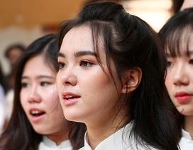 Vẻ đẹp tươi tắn của nữ sinh trường Trần Phú trong ngày khai giảng