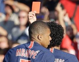 Hùng hổ đẩy ngã đối thủ, Mbappe lĩnh án phạt nặng