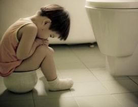 """Trẻ bị táo bón kéo dài vì """"sợ"""" đi cầu ở trường"""