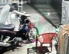 """Bảo vệ """"nhí"""" bị camera ghi hình lấy trộm tài sản khi làm nhiệm vụ"""