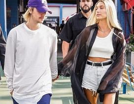 Hailey Baldwin khoe chân dài miên man bên Justin Bieber