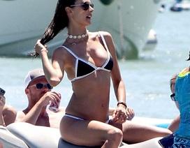 Cựu thiên thần Alessandra Ambrosio khoe dáng săn chắc trên biển