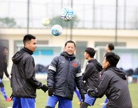 Được nghỉ tập đi mua sắm, tuyển thủ U23 Việt Nam cười tít mắt