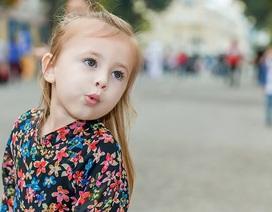 Bé gái người Mỹ diện áo dài tung tăng dạo phố Hà Nội