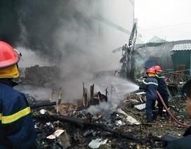 Hàng chục lính cứu hoả dập đám cháy tại vựa phế liệu