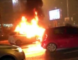 Hà Nội: Ô tô bốc cháy dữ dội trên đường Võ Chí Công