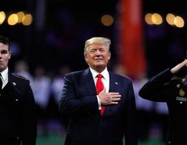 Tổng thống Trump bị nghi quên lời khi hát quốc ca