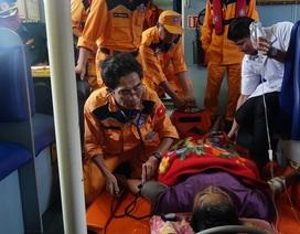 Cứu ngư dân nôn ra máu trên vùng biển Hoàng Sa