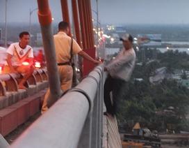 Cảnh sát khống chế nam thanh niên dọa nhảy cầu Rạch Miễu tự tử