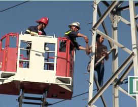 Điều xe thang giải cứu thanh niên đu trên cột điện cao thế suốt buổi sáng