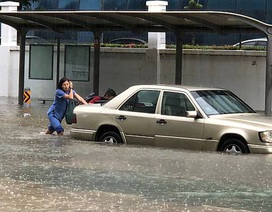"""Singapore: Phố thành """"sông"""" sau mưa lớn"""