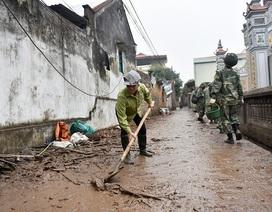 Dân làng vất vả dọn đống ngổn ngang sau vụ nổ ở Bắc Ninh