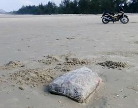 Các bao thịt thối liên tiếp dạt vào bãi biển Chân Mây - Lăng Cô