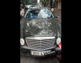 Xe máy quyết không nhường, đẩy lùi Mercedes cố tình đi trái đường
